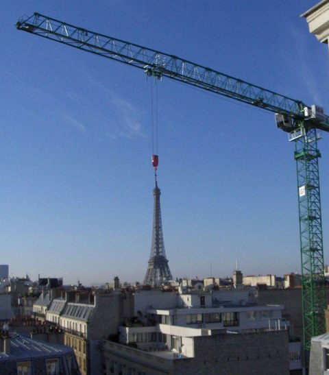 NET_eiffel-tower-crane-perfect-timing