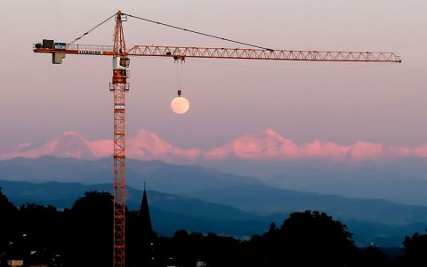 NET_moon-crane-perfect-timing