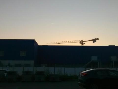Et une grue qui construit un IKEA