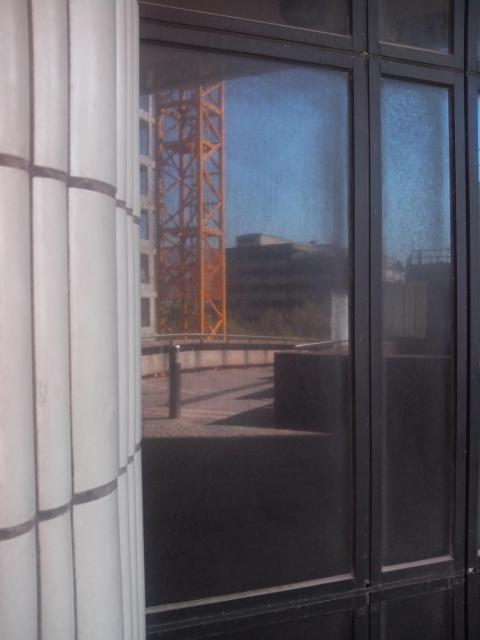 A travers de larges vitres
